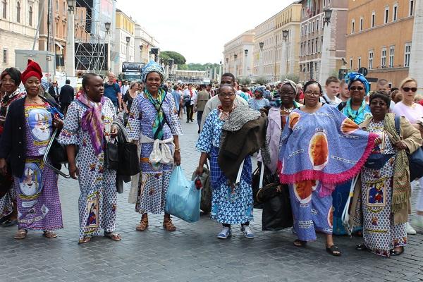 12. Speciaal uit Afrika gekomen voor de heiligverklaring van de twee pausen