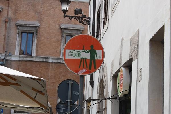 13. (Nieuw) verkeersbord van kunstenaar Clet