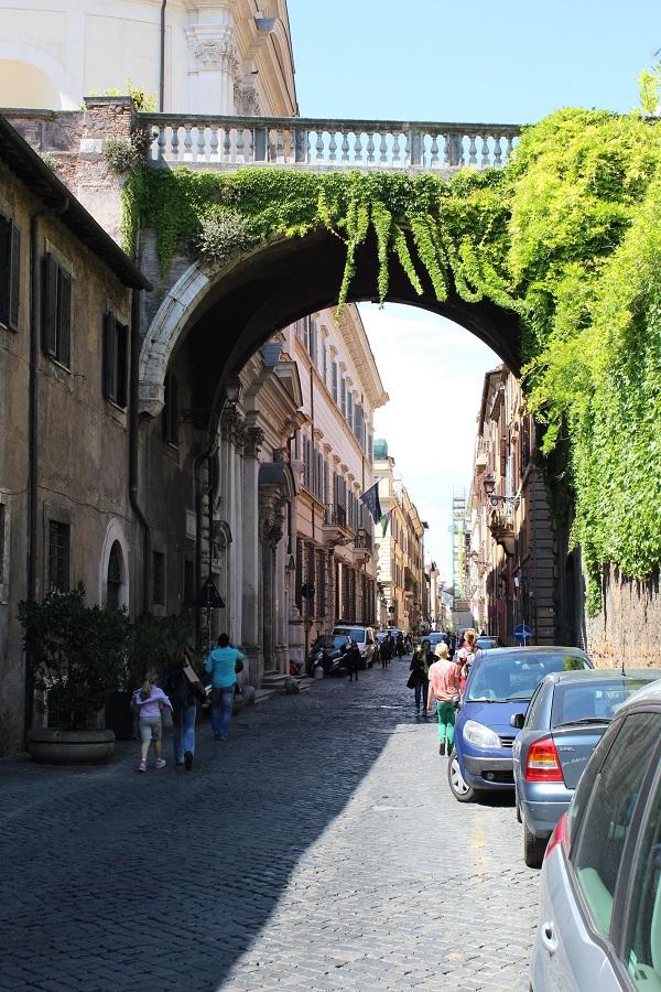 2. De prachtige ingang (via de Ponte Sisto) van de Via Giulia