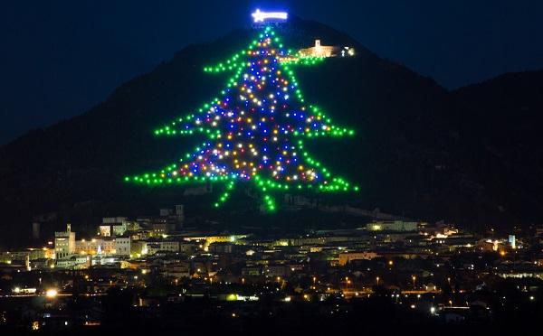 grootste-kerstboom-gubbio-monte-ingino-1