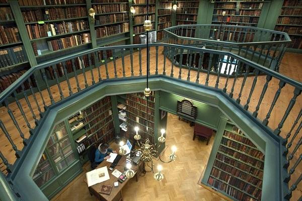 12. Ets Haim bibliotheek interieur