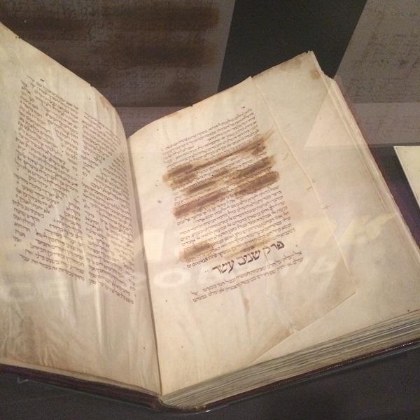 2a Originele boek tijdens tentoonstelling met censuur
