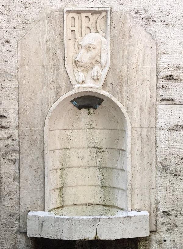 Fontein-honden-nasone-Via-Veneto-Rome (2)