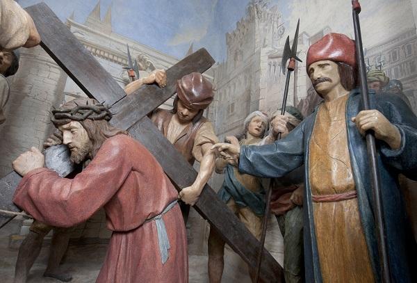 Statue della Via Crucis di Beniamino Simoni nel Santuario di Cerveno