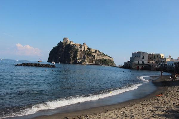 vespa-tocht-verrassend-eiland-ischia-castello-aragonese