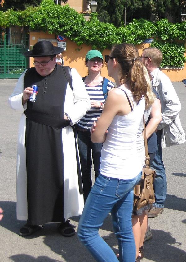 8. 'Kapelaan Odekerke' in de wachtrij voor het sleutelgat op Piazza dei Cavalieri di Malta, boven op de Aventino