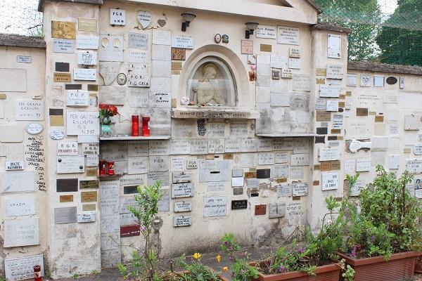 8. Openbare gedenkmuur langs de Viale Trastevere