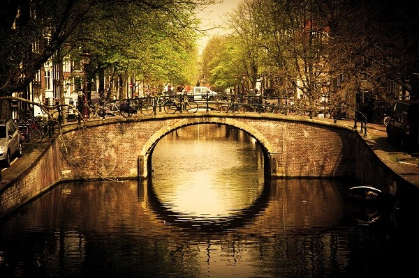 Amsterdam-grachten-fietsen-woonboten (1)