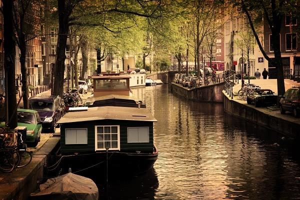 Amsterdam-grachten-fietsen-woonboten (2)