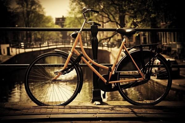 Amsterdam-grachten-fietsen-woonboten (3)
