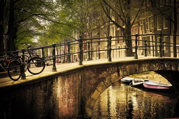 Amsterdam-grachten-fietsen-woonboten (4)