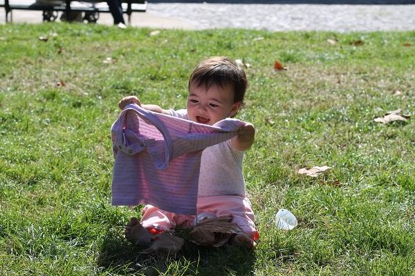 Bella ragazza in de tuinen van Villa Floridiana