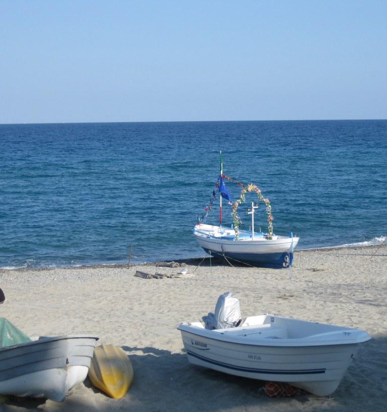 Bootprocessie op het strand van Monasterace Marina - Calabria