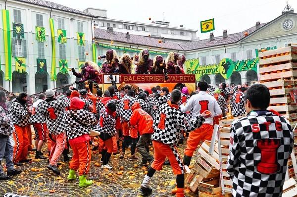 Carnaval-Ivrea-Italië-sinaasappels-5