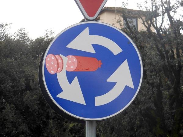 Clet-verkeersbord-salami-Italie