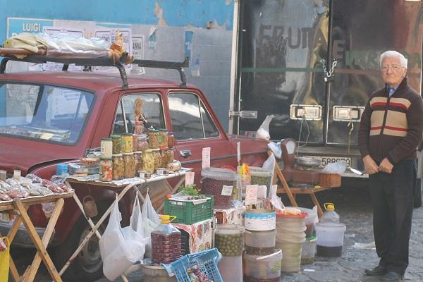 Delicatessen'zaakje' op de markt nabij de Corso Garibaldi
