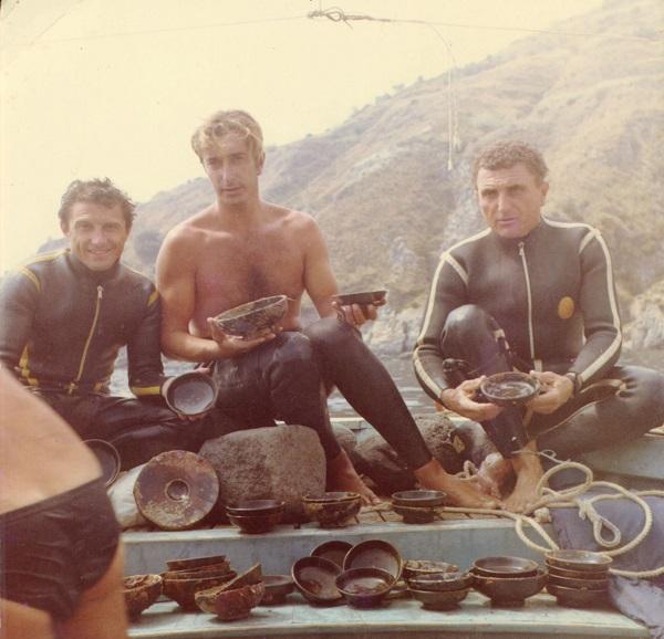 Duikers-met-vondsten-uit-het-wrak-van-Capistello