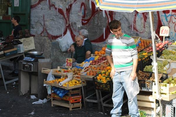 Fruitverkopers op de markt rondom de Corso Garibaldi