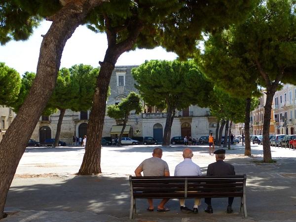 Koffiepauze op een pleintje