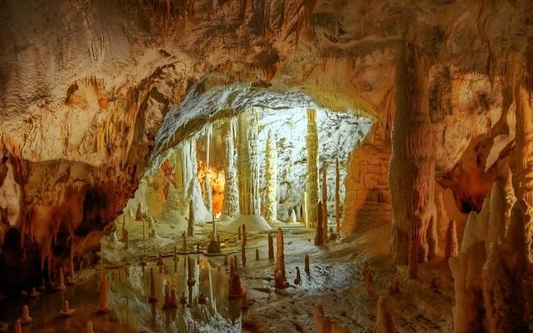 La-Fenella-Grotte-di-Frasassi