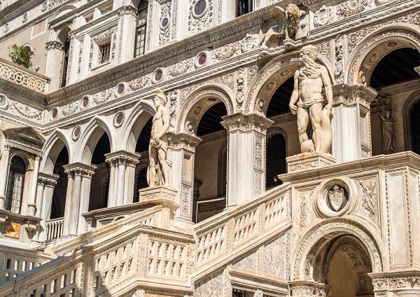 Palazzo-Ducale-Scala-dei-Giganti