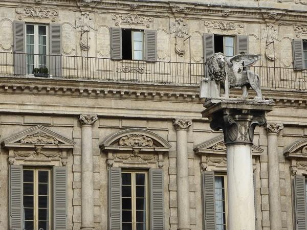 Piazza-delle-Erbe-Verona (4)
