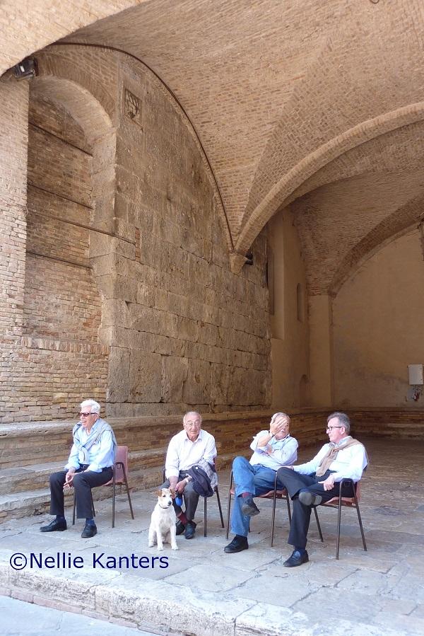 San-Gimignano- mannen-met-hond-Nellie-Kanters
