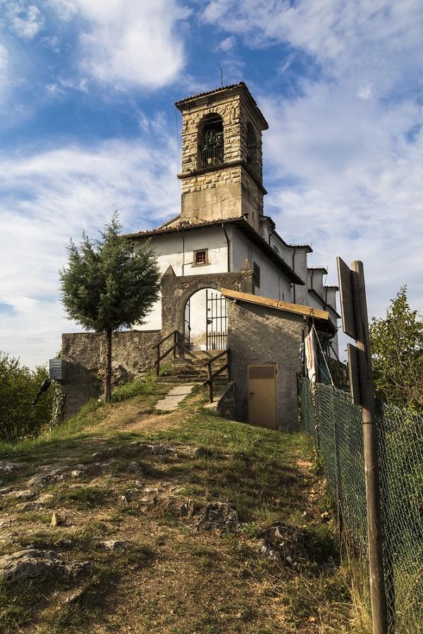 Santuario-Madonna-Ceriola-Monte-Isola-Lago-Iseo-meer