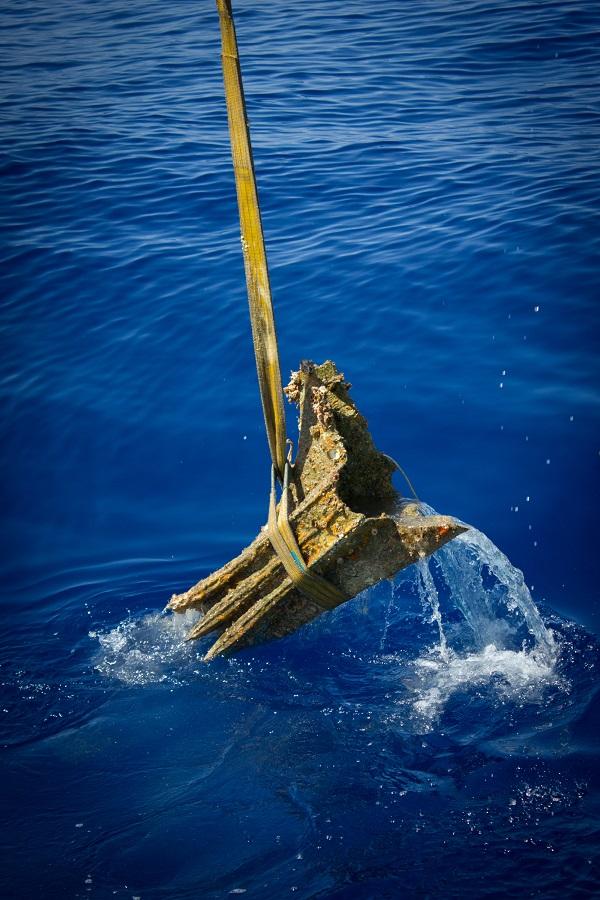 Scheepsram wordt uit zee getakeld - foto RPM Nautical Foundation