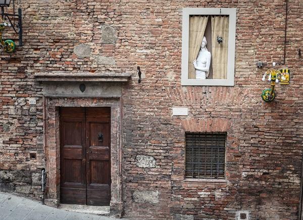Siena-Bruco-vrouw-raam (1)