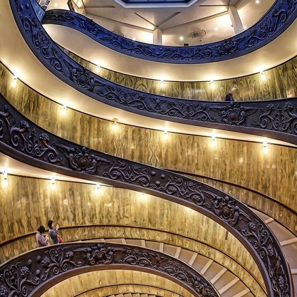 Stunning-Staircases-Vaticaan