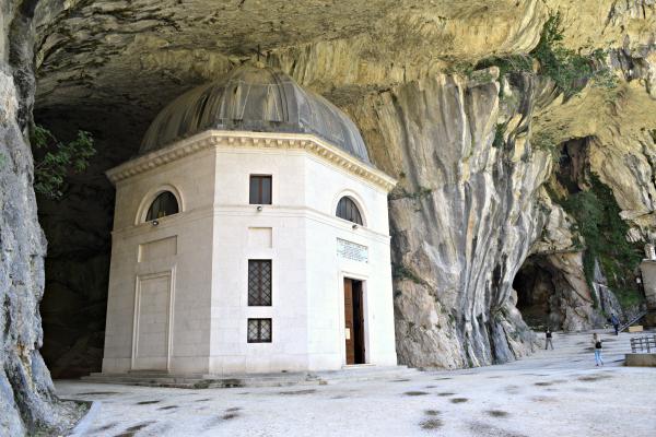 Tempio-Valadier-Frasassi-Le-Marche (12)