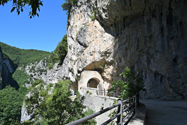 Tempio-Valadier-Frasassi-Le-Marche (13)