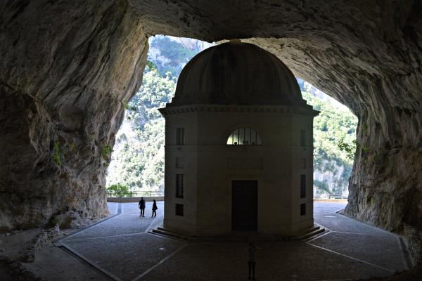 Tempio-Valadier-Frasassi-Le-Marche (15)