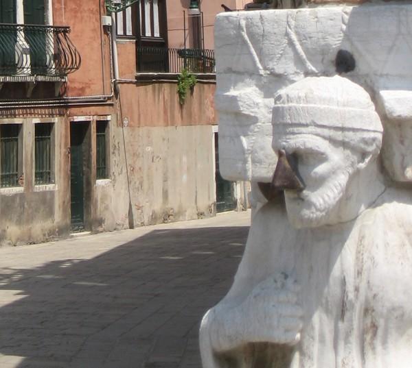 Venetië-neus-die-geluk-brengt-Campo-dei-Mori (1)