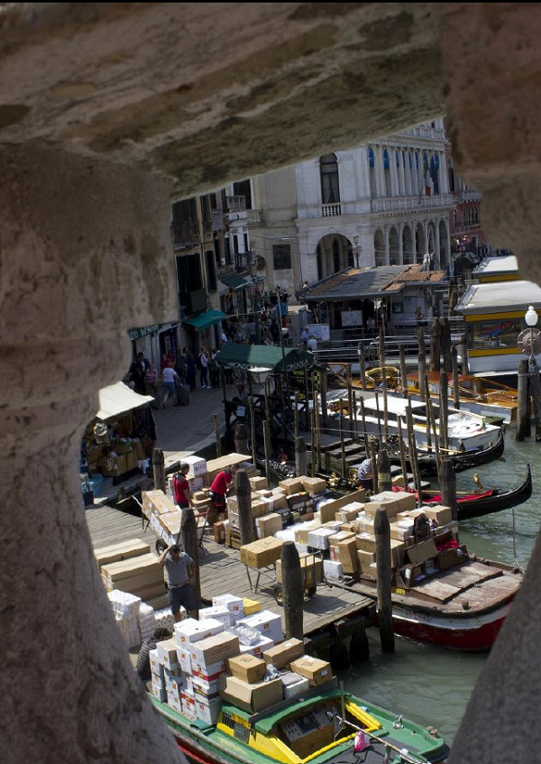 bevoorrading-boot-Venetië-2