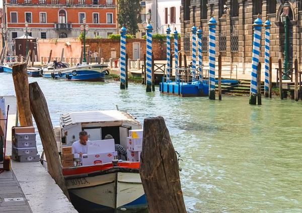 bevoorrading-boot-Venetië