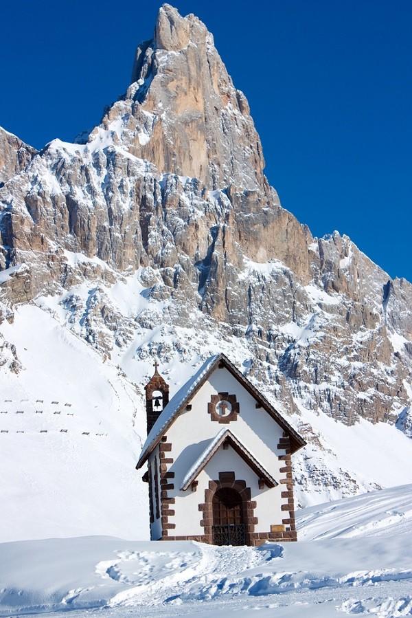 kerkje-sneeuw-Passo-Rolle-Italië