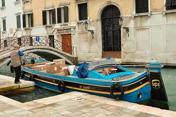 koerier-boot-Venetië