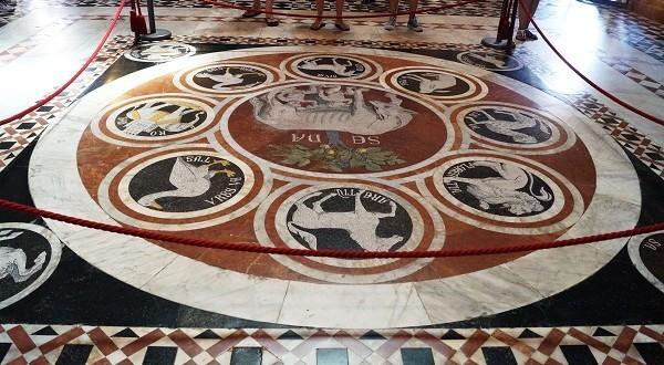 Unieke kans: ontdek de vloer van de Duomo in Siena!